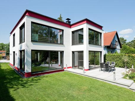... Moderne Häuser | Cubatur (Freie Planung, Putzfassade), Gartenansicht  (Jalousien Offen) ...